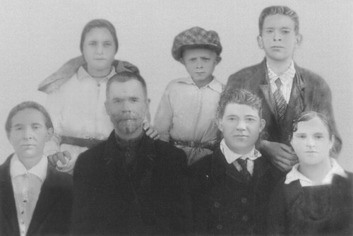 Федор Трофимович Петриченко с семьей 1936 год - фотография после реставрации