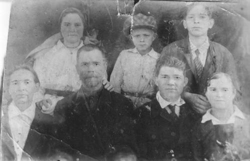 Федор Трофимович Петриченко с семьей 1936 год - фотография до реставрации