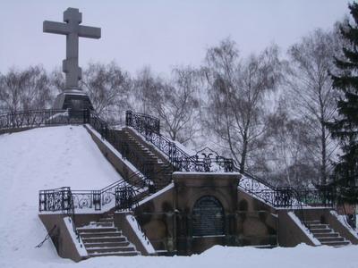 Памятник на месте братской могилы русских воинов на поле Полтавской битвы