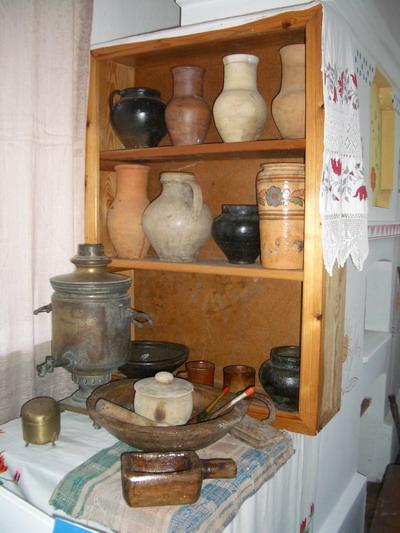 Одна из витрин музея в школе в с.Короваи